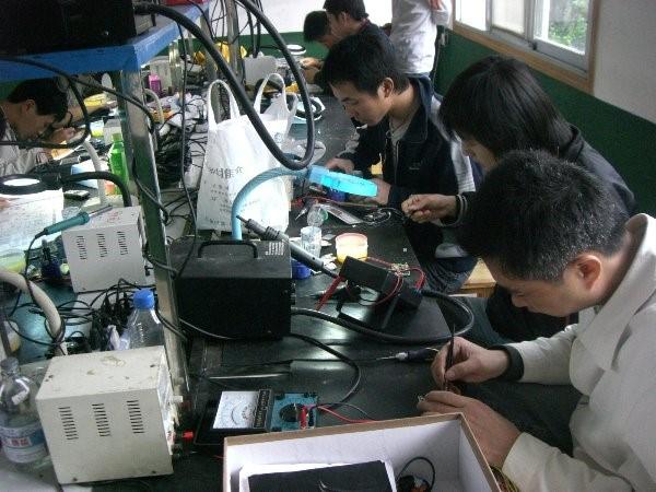 手机维修/平板电脑维修行业前景深度解析 据有关部门统计,目前我国手机拥有量10.8亿台,这意味着平均每三个中国人就拥有2部手机。手机由于随身携带属于移动中的产品,难免会出现故障。从目前中国的消费水平看来,还远没达到用坏就扔的程度,这就给维修带来了巨大的工作量。而手机产品技术含量很高,相对于自行车、煤气灶等物品来说,维修难度要大得多,即使是家用电器的维修人员不经过专门的学习,也很难胜任对手机的维修工作,从而造成维修技术人员大量缺乏,庞大的手机市场带来了巨大的维修量,这给手机维修/平板电脑维修市场注入了勃勃生